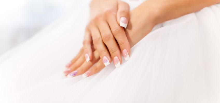Hände der Braut mit French-nails