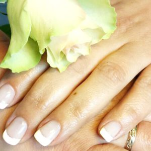 French-Nails mit Silberstreif