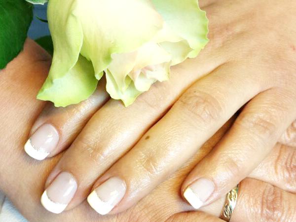 French-Nails mit Silberstreif und gelber Rose