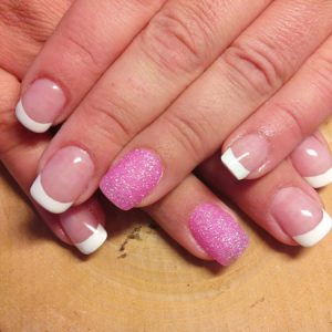 French Nails mit klarer Smile-Linie und pink glitzerndem Akzentnagel