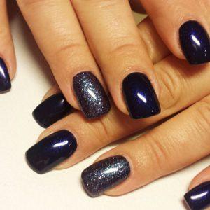 Schwarz mit violettem Schimmer und glitzerndem Ringfinger