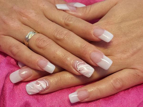 Schneeweißer Blütenzauber: French Nails floral
